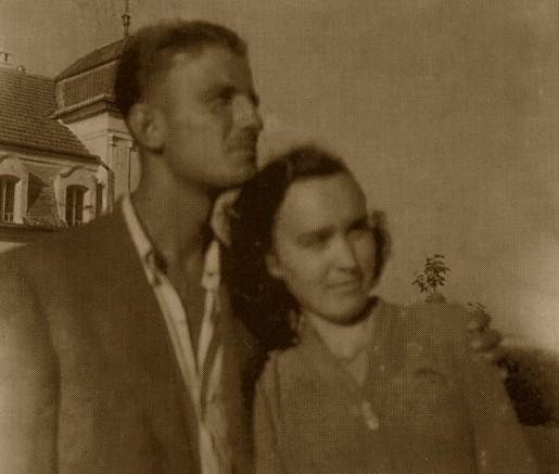 Ion Ianolide - in colonia de munca Galda de Jos impreuna cu logodnica sa, Valentina Gafencu; pe fundal - CastelulKemeny